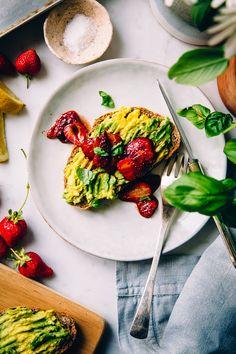 Toast con avocado e fragole arrostite al balsamico // Avo toast with balsamic roasted strawberries