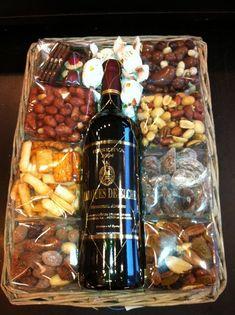 Wine Basket Gift Ideas Discover Kerstgeschenk relatiegeschenk www. Wine Gifts, Food Gifts, Craft Gifts, Birthday Diy, Birthday Gifts, Birthday Ideas, Diy Christmas Gifts, Holiday Gifts, Wine Gift Baskets