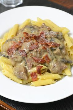 Fancy crockpot dishes and looking for a delicious recipe for autumn nights? This Beef Stroganoff certainly does the trick. Stroganoff Slow Cooker, Multicooker, Crockpot Dishes, Everyday Food, Fabulous Foods, Slow Cooker Recipes, Food Inspiration, Good Food, Lunch