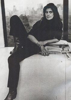 Susan Sontag (1933-2004), fue una novelista y ensayista estadounidense. Aunque se dedicó principalmente a su carrera literaria y ensayística, también ejerció la docencia y dirigió películas y obras teatrales.