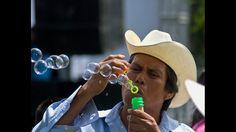 """Esta es una de las varias fotos enviadas por Daniel David desde Cuautla, México. En ella vemos """"El hombre de las burbujas""""."""
