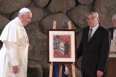 El presidente del Directorio Ejecutivo de Yad Vashem Avner Shalev entrega un obsequio al papa Francisco: la réplica de una pintura realizada durante el Holocausto. Yad Vashem, 26/05/2014