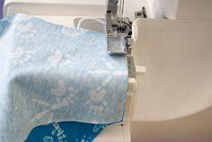 Nähtipp: Ein T-Shirt ohne Schnittmuster nähen – Yingdesign.ch – Bio Stoffe für Künstlerinnen Toilet Paper, Sewing, Shirt Sewing Patterns, Knitting And Crocheting, Dressmaking, Couture, Stitching, Sew, Toilet Paper Roll