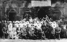 A família imperial russa durante a abertura de um lazareto em Eupatoria, Crimeia. Da esquerda para a direita, você pode ver as grã-duquesas Tatiana, Anastasia, Marie e Olga Nikolaevna, Imperador Nicolau II, a imperatriz Alexandra Feodorovna e Czarevich Alexei Nikolaevich, em 1916.