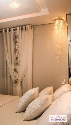 Almofadas dão um toque todo especial na decoração da cama do casal. Projeto by Basi Arquitetura.