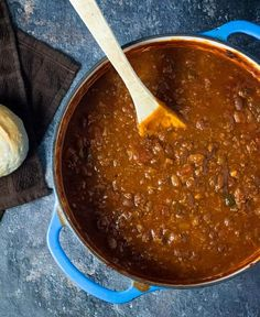 If you are craving some comfort food on a cold day, then look no further than these tasty chili recipes to keep you warm. Chili Recipes Below we've Dutch Oven Chili Recipe, Best Chili Recipe, Chilli Recipes, Dutch Oven Recipes, Mexican Food Recipes, Cooking Recipes, Red Robin Chili Recipe, Beanless Chili Recipe, Portuguese Recipes