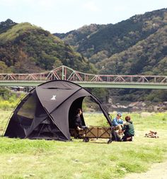 オールポリコットンの焚き火が似合う大型ドーム。フロアレスシェルターとしてだけでなく、フロアを付けてテントとしても使用可能。 DOPPELGANGER OUTDOOR (ドッペルギャンガーアウトドア) 略してDOD。 #キャンプ #アウトドア #テント #タープ #チェア #テーブル #ランタン #寝袋 #グランピング #DIY #BBQ #DOD #ドッペルギャンガー #camp #outdoor #ファイヤーベース #焚き火