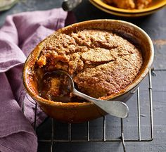 Self-saucing caramel pudding: Nothing could be easier than this here pud! As it bakes, miraculous wonders work to create one dense layer of cake and one of sticky sauce. Just Desserts, Delicious Desserts, Dessert Recipes, Yummy Food, Tasty, British Pudding, Self Saucing Pudding, Caramel Pudding, Pudding Cake