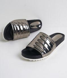 Sandália feminina  Material: sintético  Metalizado  Rasteira  Marca: Satinato     COLEÇÃO VERÃO 2017     Veja outras opções de    sandálias femininas.        Sobre a marca Satinato     A Satinato possui uma coleção de sapatos, bolsas e acessórios cheios de tendências de moda. 90% dos seus produtos são em couro. A principal característica dos Sapatos Santinato são o conforto, moda e qualidade! Com diferentes opções e estilos de sapatos, bolsas e acessórios. A Satinato também oferece para as…