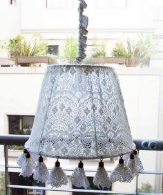 """Lámpara """"ORQUID"""". En tela de encaje de algodón con detalle de flores colgantes de puntilla de gipiure"""