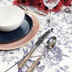 Festive, patriotic or just plain summery. This classic colour combination is a must for warmer weather, and sure to put you in a good mood! Contemporary Tabletop, Blue Table Settings, Table Top Design, Pattern Mixing, Good Mood, Accent Colors, Cleaning Wipes, Dinnerware, Red And White