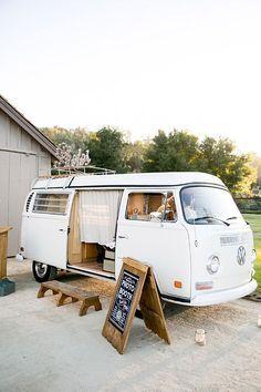 A VW photo booth. #photoboothHacer un fotomatón de la boda dentro de un vw bus!!