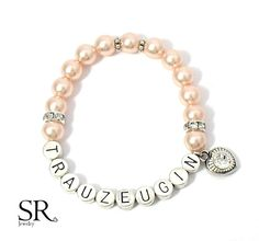 Du suchst ein besonderes Geschenk für deine Trauzeugin?  Dieses einzigartige Armband mit versilberten Metallbuchstaben und hochwertigen Glaswachsperlen wird deiner Trauzeugin ein strahlendes...