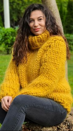 Thick Sweaters, Cardigan Sweaters For Women, Sweater Outfits, Women's Sweaters, Gros Pull Mohair, Mohair Sweater, Beauty Women, Conservative Dress, Cool Outfits