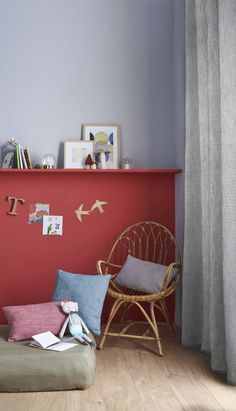 Décorez  une chambre d'enfant à l'aide d'un fauteuil en rotin et de quelques coussins, pour un coin cosy aussi tendance que reposant. #castorama #inspiration #decoration #ideedeco #tendancedeco #peinture #coussins #astuce #chambreenfant #idéeenfant #GoodHome Coin, Aide, Decoration, Inspiration, Hobby Lobby Bedroom, Child Room, Green Armchair, Duck Egg Blue, Cushions