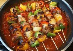 Schaschlikspieße kann jeder machen, der Fleisch und ein wenig Gemüse zuhause hat. Diese hier sind wegen ihrer dunklen und rauchigen Tomatensoße sehr lecker. Das Fleisch wird kleingeschnitten und gewürzt, dann zusammen mit dem Gemüse auf Spieße gesteckt. Beim Anbraten entstehen durch den Zucker in der Würzung und den Fleischsaft relativ viele Röststoffe, die die Soße später aromatisieren. Die Soße wird dann ganz einfach aus diesem Bratensatz mit Dosentomaten und Gewürzen gekocht. Die Spieße…