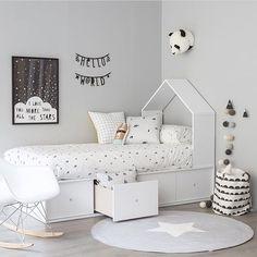 Белая спальня для девочки с белой кроваткой и креслом-качалкой. White bedroom fro girl