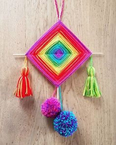 Tissage Ojo de Dios | Oui Are Makers | Partageons notre créativité Cd Crafts, Fabric Crafts, Crafts For Kids, Crochet Wall Hangings, Weaving Wall Hanging, God's Eye Craft, Art Fil, Diy Wall Painting, Simple Wall Art