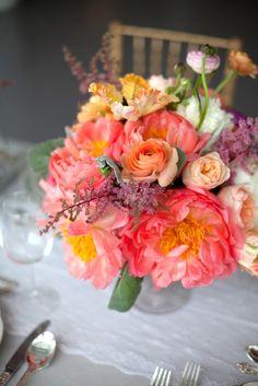 Des fleurs qui sentent bon le printemps pour un centre de table champêtre et sans chichis en plein dans l'air du temps! centre de table #mariage #fleurs