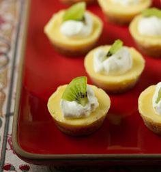 Kaltes süßes Fingerfood mit Zitronencreme und Deko mit Kiwi und Schlagsahne