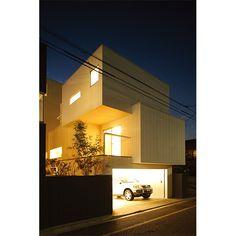 白で統一しつつ、木、セメント板、ガルバリウム、コンクリートと素材を変え、それぞれの箱を強調した外観。