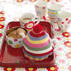 Cath Kidston En theepot warmer in Cath Kidston kleuren. Tea Cozy, Coffee Cozy, Crochet Home, Love Crochet, Cath Kidston Crochet, Crochet Projects, Craft Projects, Granny Chic, Cushion Fabric
