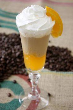 Oranccino: 3 colheres de geléia de laranja,  1 bola de sorvete de creme,  50 ml de café frio,  30 ml de leite frio e chantily.  Coloque a marmelada no fundo da tigela. Bata numa coqueteleira (ou liquidificador) o sorvete, o café e o leite frio. Decore com chantilly e sirva com uma colher.
