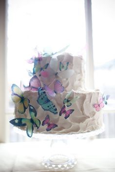An easy butterfly cake using stickers and a little trick for flying