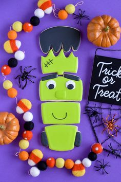 Learn how to decorate these Frankenstein cookies. Full step by step tutorial and video on thesugarpres.com Cake Decorating Tips, Cookie Decorating, Scary Halloween, Halloween Themes, Halloween Cookies Decorated, Cupcake Tutorial, Cookie Tutorials, Cookies For Kids, Royal Icing Cookies