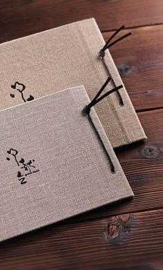 粋々メニューブックセットのメニュー表は麻素材を使用したデザイン。カバーサイズはA4とB5の2サイズ。紐は茶、黒からお選びください。セットの専用出力用紙にご自分で印刷し、紐で綴じて完成です。