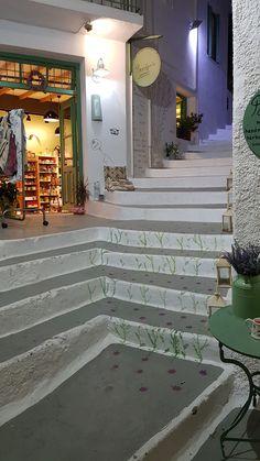 Adamas is een gezellige badplaats met een levendige boulevard met tavernes en winkels. U vindt hier de ene taverne na de andere, allemaal met uitzicht op haven. #Adamas #Milos #Melos #Griekenland #Greece #Travel #Reizen Patio, Outdoor Decor, Holiday, Travel, Home Decor, Vacations, Viajes, Decoration Home, Room Decor