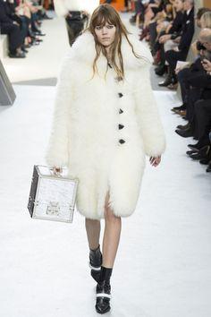 Le défilé Louis Vuitton automne-hiver 2015-2016 http://www.vogue.fr/mariage/tendances/diaporama/manteaux-en-fourrure-blanche-mariage-hiver/19674