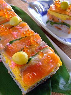 Pressed Sushi with Smoked Salmon, Cucumber, Omelet, Ikura Healthy Salmon Recipes, Sushi Recipes, Cooking Recipes, Japanese Sushi, Japanese Dishes, Oshi Sushi, Sushi Salad, Sashimi Sushi, Ceviche