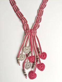 Diese schönen langen Halsband erfolgt sorgfältig Baumwollfaden mit Herz häkeln Motive als Dekoration. Schöne graue Edelsteinperlen als ornamentale Motive.  Alle meine Kreationen sind einzigartig.