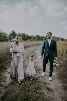 5 Tips for Creating Great Family Portraits Cella Jane Family Portrait Outfits, Family Portrait Poses, Family Picture Poses, Family Picture Outfits, Photo Shoot Outfits, Family Photo Colors, Family Shoot, Family Photo Sessions, Family Posing