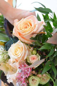 Photobooth in Blush und Burgundy selber machen – Elegante Hochzeit Teil 3   Blumigo Diy Wedding Garland, Floral Wedding Decorations, Flower Decorations, Picture Frame Arrangements, Floral Arrangements, Deco Floral, Floral Design, Diy Flowers, Wedding Flowers
