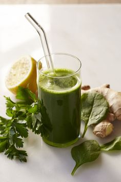 Giada's Clean, Green Juice -Serving size: Makes 2 Cups Ingredients: 1½-inch piece ginger, chopped 1 Granny Smith apple, cored and chopped 2 cups baby spinach 3 tablespoons parsley leaves 1 tablespoon lemon juice 1 cup cold water 1/2 cup ice 1/8teaspoon kosher salt Juices For Energy, Breakfast Smoothies, Healthy Smoothies, Healthy Drinks, Healthy Snacks, Healthy Recipes, Ginger Smoothie, Juice Smoothie, Smoothie Drinks