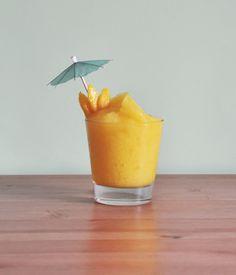 Daiquiri de Mango Gracias a que a finales del siglo XIX a un grupo de ingenieros se les ocurrió combinar ron, azúcar y lima ahora es posible disfrutar de un Daiquiri. Las posibilidades de este cóctel son muchas y una de ellas es esta variante en que se le añaden mangos maduros a la receta clásica. Opción muy refrescante para apagar la sed o como digestivo después de una abundante comida. Ingredientes 1 oz. ron blanco 1 oz. jugo (zumo) de limón 1 oz. jarabe simple 5 oz. jugo (zumo) de mango