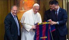 sursa foto: twitter.com Papa Francisc a primit un tricou al mult indragitei echipei spaniole de fotbal FC Barcelona. Pe acesta au fost vazute semnaturile jucatorilor catalani. Suveranul a primit ie...