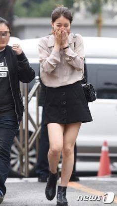 Suzy bae distraught or something else? Office Fashion Women, Kpop Fashion, Star Fashion, Korean Fashion, Girl Fashion, Fashion Outfits, Suzy Bae Fashion, Airport Fashion, Kpop Outfits