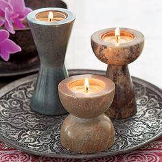 Teelichthalter-Trio Brighter Home. Steinbildhauer in der indischen Region Uttar Pradesh bearbeiten jeden Stein von Hand. Jeder Halter des Trios variiert in seiner Schattierung. https://srees.partylite.de/Shop/Product/1901