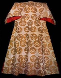 Caftan with short sleeves associated with Ahmet II (1691-3), ivory colored satin decorated with brown three circle pattern, 17th Century, Imperial Wardrobe Collection, Topkapı Palace Museum