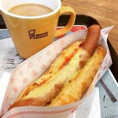 おはようございます☀内勤のためミスドへ…久しぶりに朝から来たらホットドッグが🌭😳『とろとろチーズドッグ』をチョイス‼︎前からあったんかな⁇知らんかった笑笑 💻の電池が残り14分しかない中で必死に提出物を終わらせ…やっと一息😂😂😂 #朝ごパン #ミスド #ミスタードーナツ #ホットドッグ #チーズ #チーズドッグ #朝ごはん #朝食 #朝ミスド #ミスドゴハン #カフェオレ #月曜日 #breakfast #misterdonut #hotdog #delicious #deliciousfood #bread #cheese #cheesedog #cafeaulait #goodmorning #monday Hot Dog Buns, Hot Dogs, Bratwurst, Comfort Foods, Bread, Design, Brot, Baking