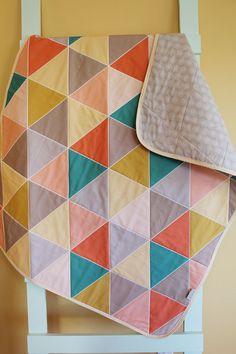 Triangle géométrique Quilt de bébé abricot de PÉTUNIAS par PETUNIAS, $98.00