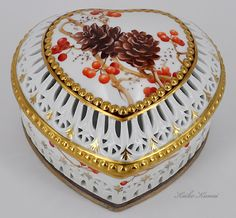 ** Krabička - zdobený porcelán ** Shabby Chic Antiques, Vintage Shabby Chic, Saint Valentine, Valentines Day Hearts, Music Jewelry, China Painting, Little Boxes, Porcelain Ceramics, Christmas Art