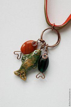 Купить или заказать Подвеска 'Дочь рыбака' в интернет-магазине на Ярмарке Мастеров. Дочь рыбака видит рыбака издалека! :D Заглавные рыбки - керамические, покрыты глазурью (стеклом) ручной работы. Иногда их дополняют рыбки из бусин и проволоки. В наличии рыбки с первых двух фото: парочка на цепочке, голубая и зеленая.