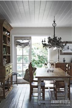 Rosie Wynter resurrected an 1860s cottage in the village of Rydal, west of the Blue Mountains in New South Wales. The hard work of bringing the cottage back to life was followed by the transformation of the garden from a paddock of weeds to a plot filled with pretty perennials. Photography Sharyn Cairns #diningtable #chandelier