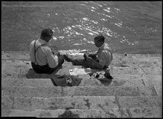 Kinszki Imre (1901-1945) Duna-parti lépcsőn kártyázó férfiak Budapest1938