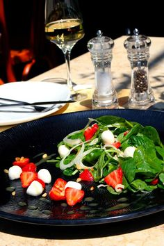 Salad with spinach, fennel, strawberries and pearls of mozzarella, roasted pine nuts and dressing of white balsamic vinegar and Dijon mustard. Spinach Salad, Caprese Salad, Greek Recipes, Wine Recipes, White Balsamic Vinegar, Fennel, Mustard, Roast, Proposals