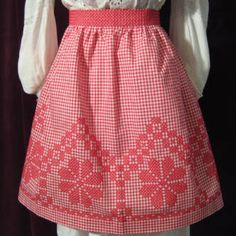 Vintage gingham embroidered apron using Chicken Scratch Chicken Scratch Patterns, Chicken Scratch Embroidery, Cross Stitch Embroidery, Hand Embroidery, Cross Stitching, Embroidered Apron, Cute Aprons, Gingham Fabric, Sewing Aprons